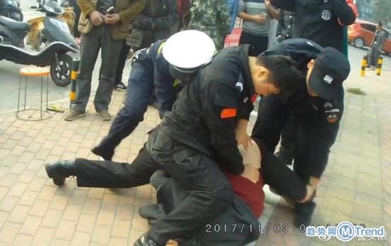 今日热点:违章被拦锁喉特警 刘强东演讲险晕倒